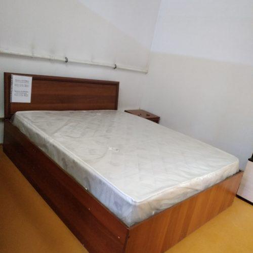 Кровать с матрасом и подъемным механизмом