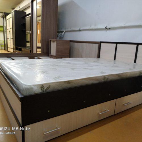 Кровать с ящиками и матрасом