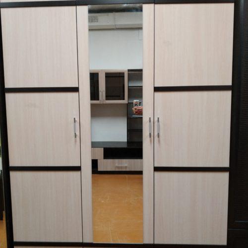 Шкаф трехдверный